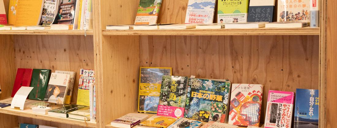 【Book to the Future】高校生の私に贈る一冊と題して、壁一面の本棚には寄贈していただいた本が並ぶ