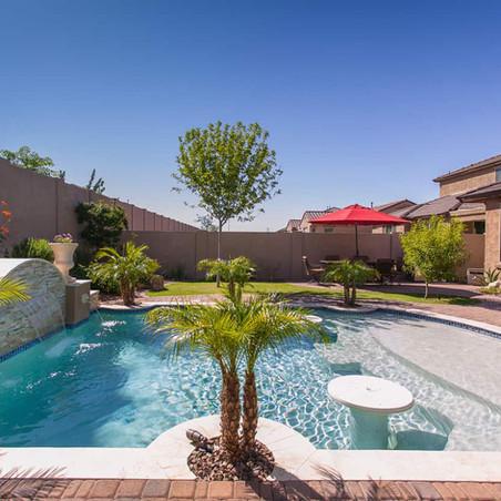 Combate el calor en estos jardines con piscina