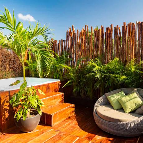 Date el primer chapuzón del año en estos jardines con jacuzzi