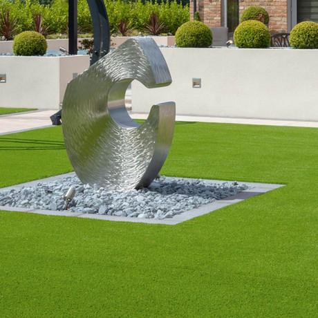 Inspírate en estos 27 jardines con césped artificial