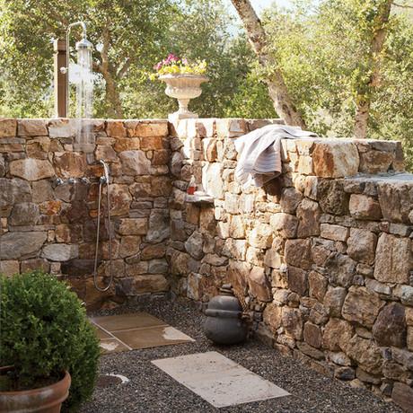 Una ducha en el jardín, la mejor idea para acabar de golpe con el calor
