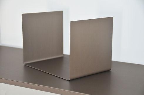 Serre livres en métal style industriel pour meuble bibliothèque design en aluminium fabriqué en France Regula par l'Alufacture