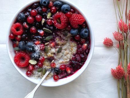 Porridge aux fruits rouges et coulis de fruits rouges