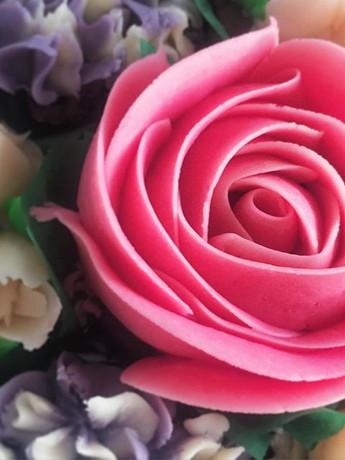 #buttercreamrose #pipedflowers #cupcakes