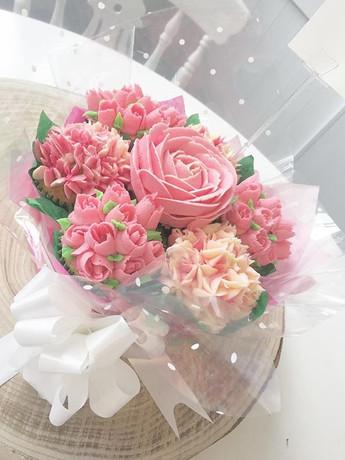 A beautiful pink cupcake bouquet! #cupca