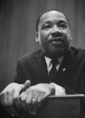 783px-Martin-Luther-King-1964-leaning-on