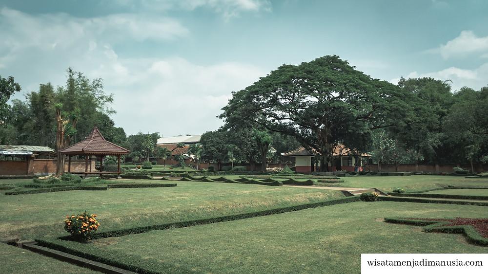 Gapura dikelilingi oleh taman yang hijau, rapi, dan terawat. Terdapat gasebo dan pohon beringin yang bisa dipakai untuk istirahat.