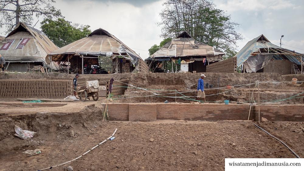 Bekerja Sebagai Pengrajin Batu Bata di Atas Situs Kumitir