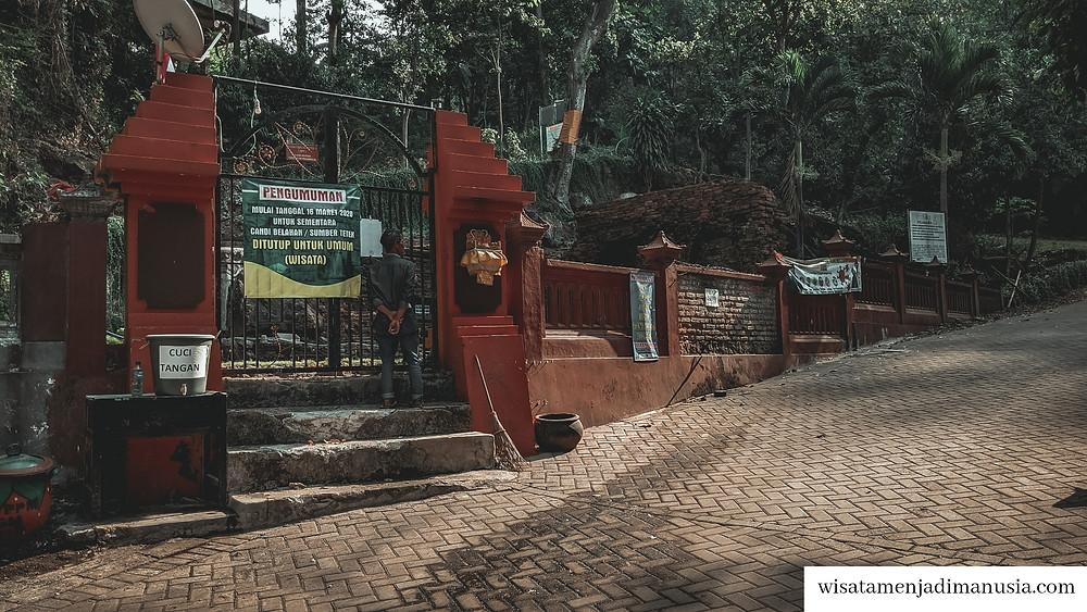 Gerbang masuk Candi Belahan yang masih ditutup untuk wisatawan umum