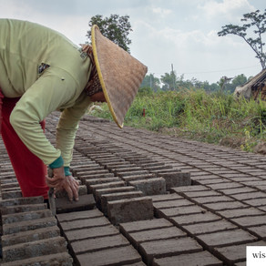 Mengenal Pengrajin Batu Bata Trowulan