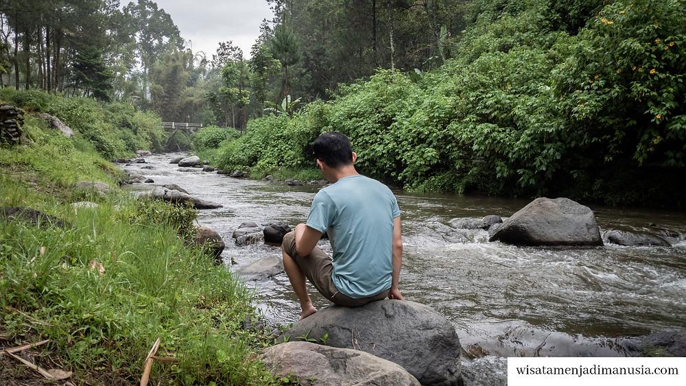 Bersantai di Pinggir Sungai