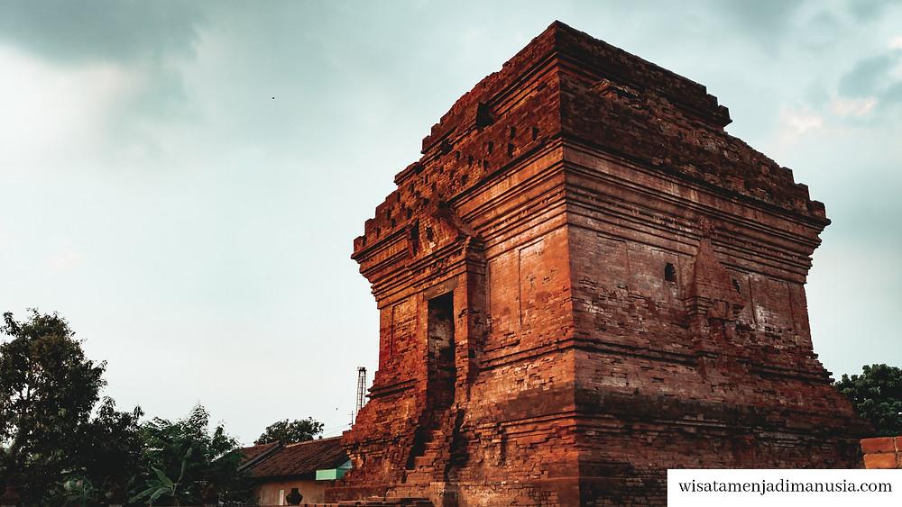 Bangunan Candi Pari yang sangat megah sebagai lambang kesuburan wilayah sekitar di sektor pertanian