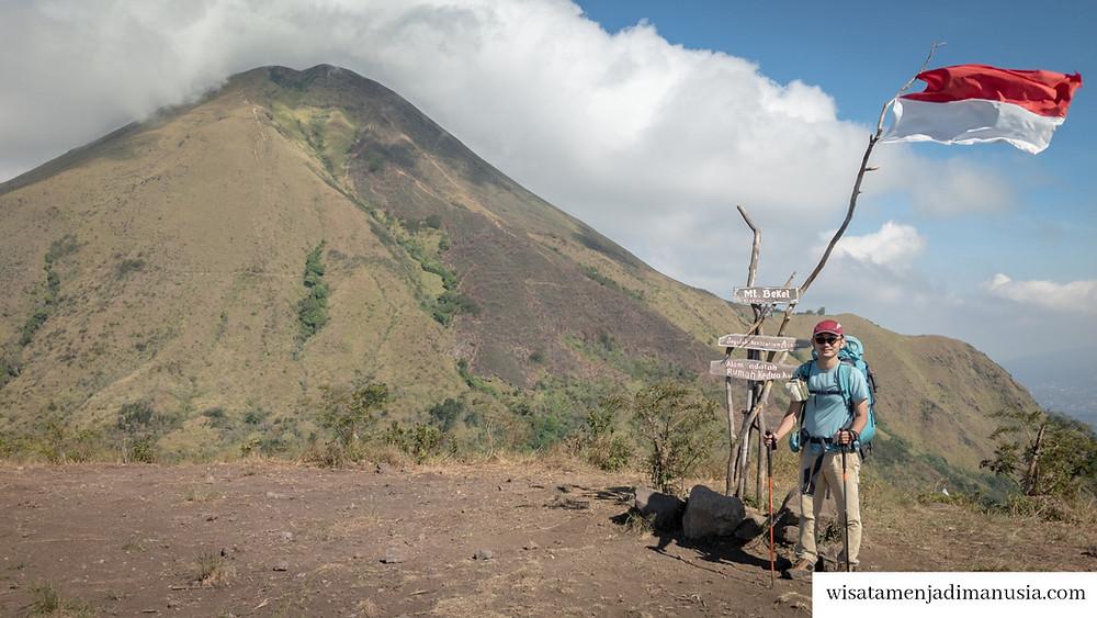 Puncak Gunung Bekel dengan Pemandangan Gunung Penanggungan
