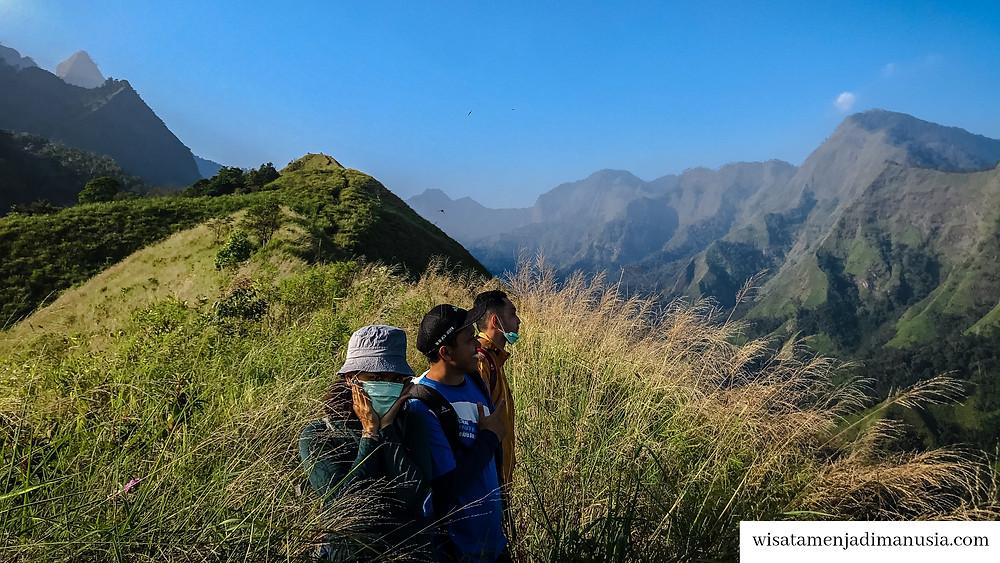 Keindahan Pemandangan Bukit Watu Jengger. Bisa dilihat jajaran bukit indah ada disebelah kanan.