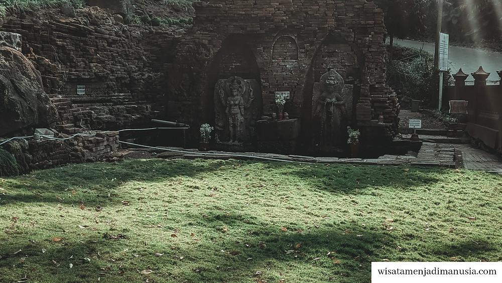 Situs terdiri dari taman hijau nan bersih dan kolam yang berisi ikan
