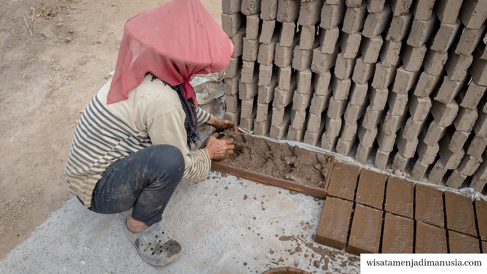 Pencetakan Adonan Batu Bata