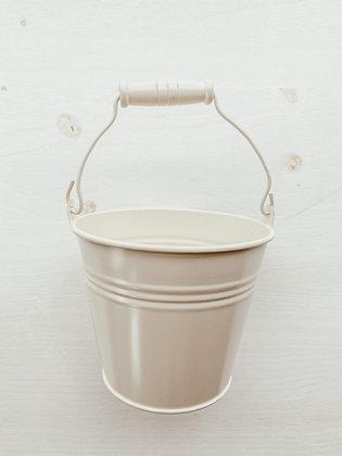 Cubo de metal blanco