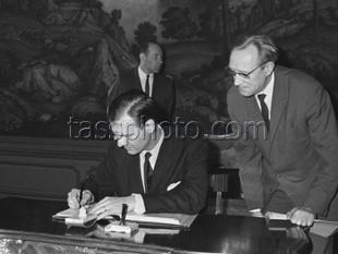 Sverige undertecknar avtalet om ickespridningen av kärnvapen den 19 augusti 1968