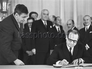 Sverige undertecknar ett avtal om samarbete inom rymdforskningen, Moskva den 27 januari 1967