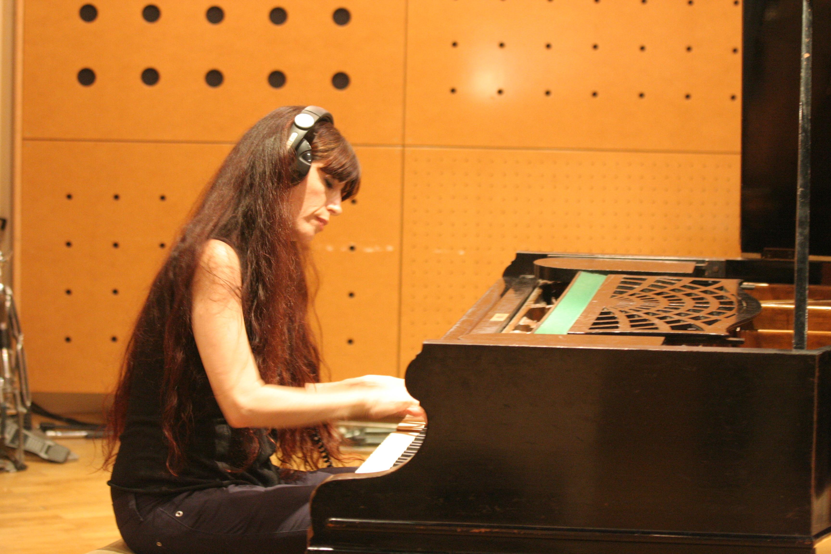 מנגנת באולפן הקלטות