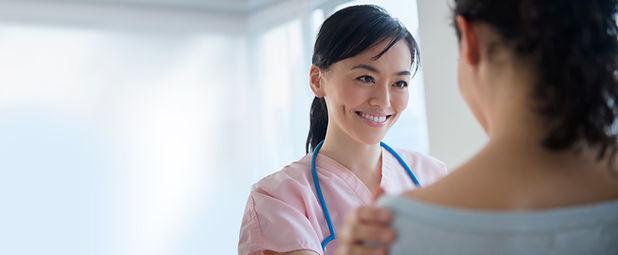 Enfermera habla con el paciente