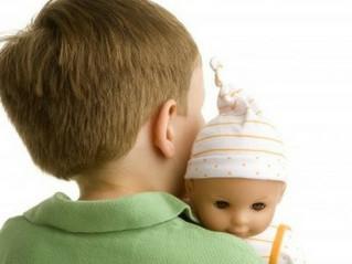 Mio figlio gioca con le bambole