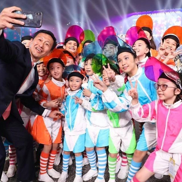 Académie of Stars proteges wefie with Ed