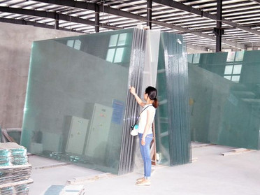 この巨大なガラス板から!?