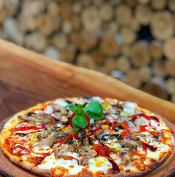 Cafe Botanica'da pizzalarımız taş fırında taze hamur ve malzemeler ile günlük hazırlanıyor....jpg