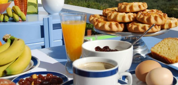 Perfect for breakfast, the Cretan kalitsounia are small pastries made of soft cheese, a hint of lemon, cinnamon and honey, and sprinkled with sesame seeds