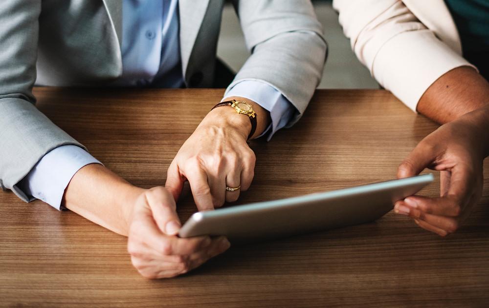 Starania o kredyt hipoteczny to dość żmudny proces. W zależności od celu finansowania klient musi przedstawić mniej lub więcej dokumentów. Do tego dochodzi długi czas oczekiwania na decyzję po stronie instytucji finansowej.