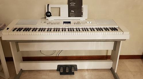 Yamaha DGX-650WH - 2 Years Old