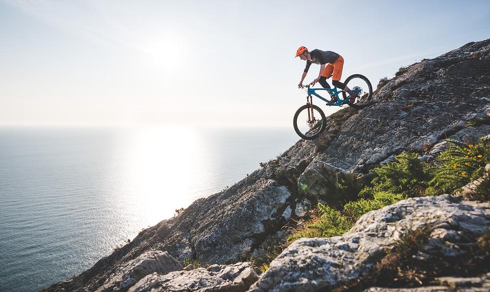 colm keating, mountain biker rides down cliff overlooking sea, bray head, mtb,
