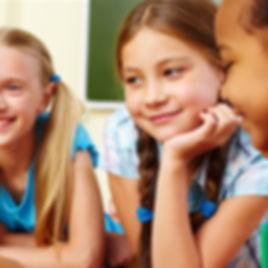 Jeunes filles souriantes lors d'un atelier de groupe.