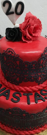 gâteau personnalisé rouge et noire + dentelle