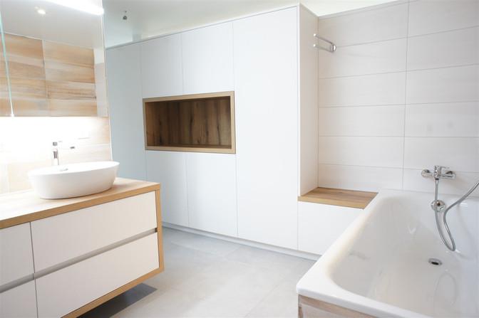 salle de bain blanche et bois