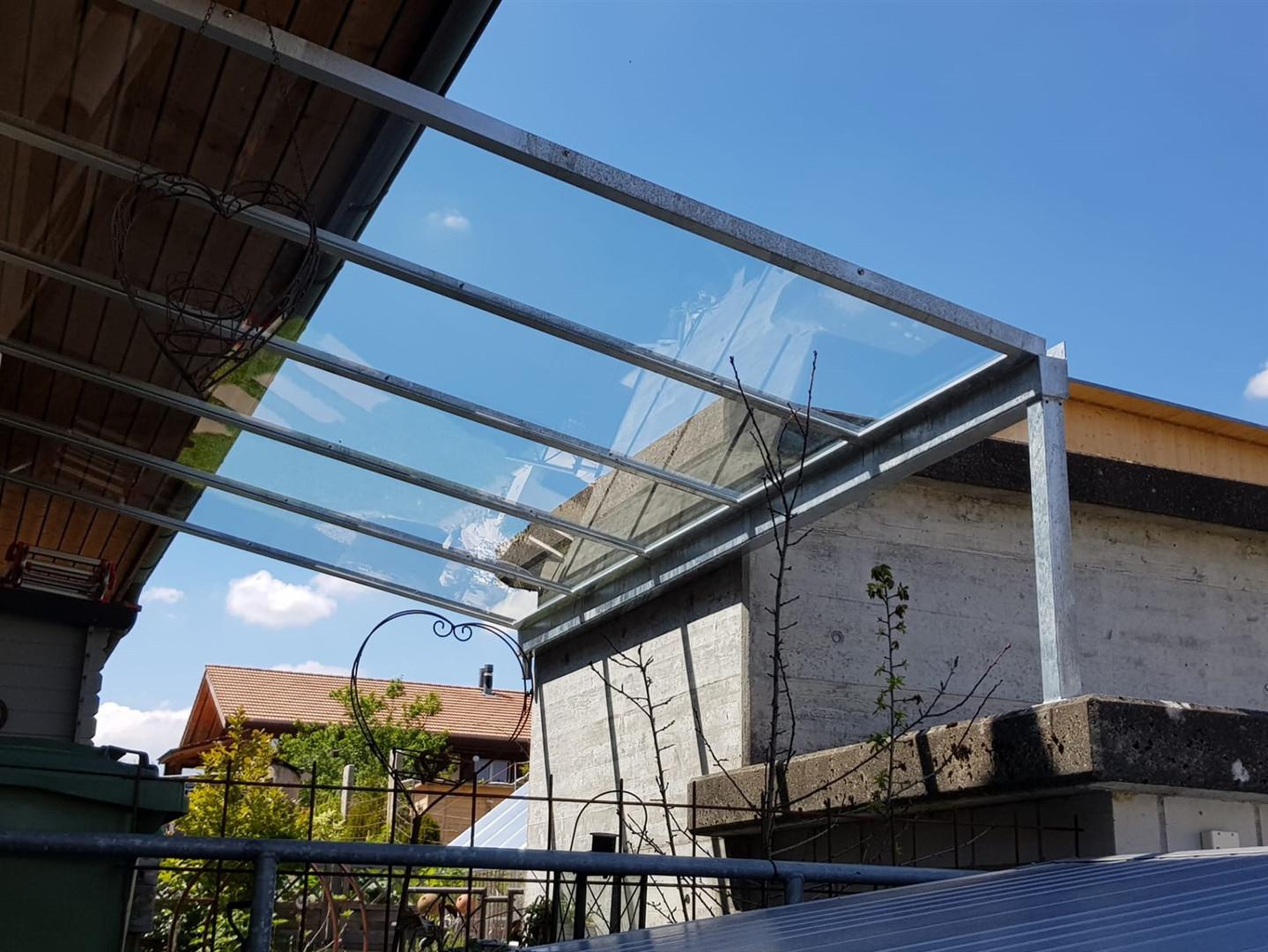 Vordach Metall und Glas