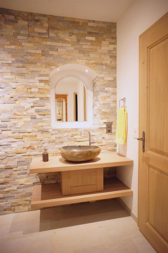 salle de bain bois, chêne et lavabo en pierre