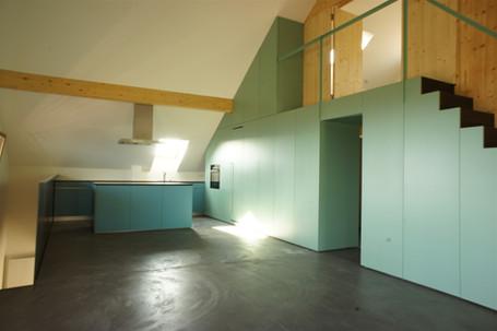 escalier, armoire et cuisine