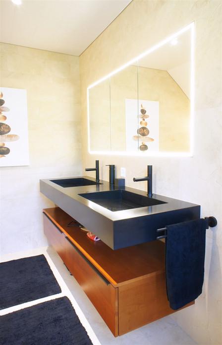 salle de bain plaqué bois et Hi-macs