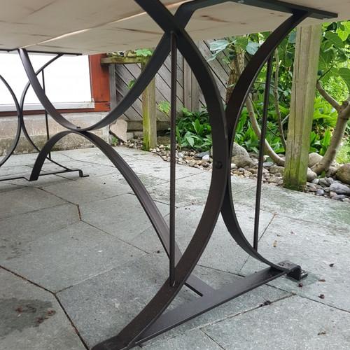 Gasrtentisch mit Bänken aus Arvenbrettern mit  Metalluntergestell