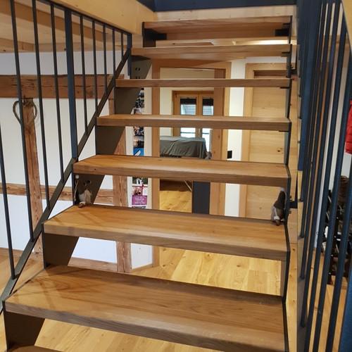 Treppe mit Eichentritten und Metallgeländer