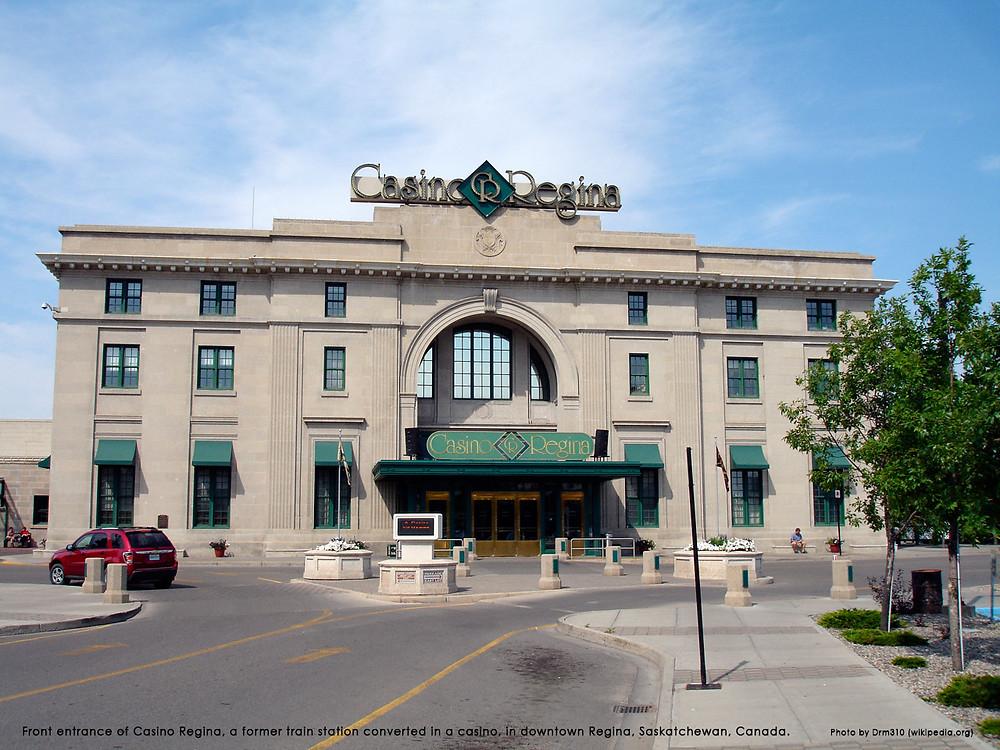 カジノ・レジャイナのメインエントランス。かつてレジャイナ中心地区の鉄道駅であったが、カジノに改装された。(サスカチュワン州、カナダ) ©Drm310 (wikipedia.org)