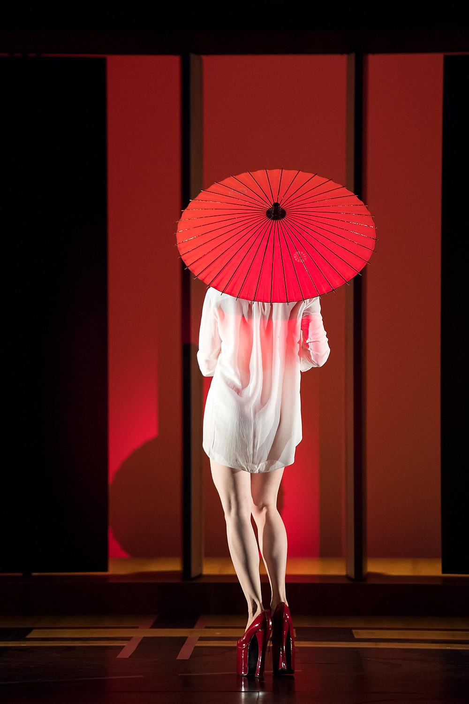 フィリップ・ドゥクフレ『新作短編集』より赤い傘を差す女性の背面の写真