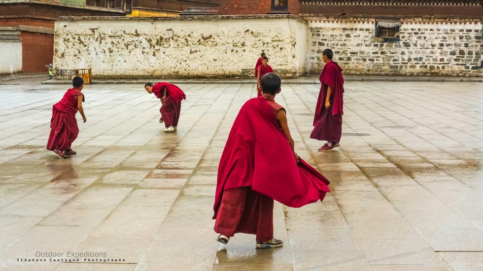 Jeunes moines près du monastère de Labrang. Labrang, Tibet