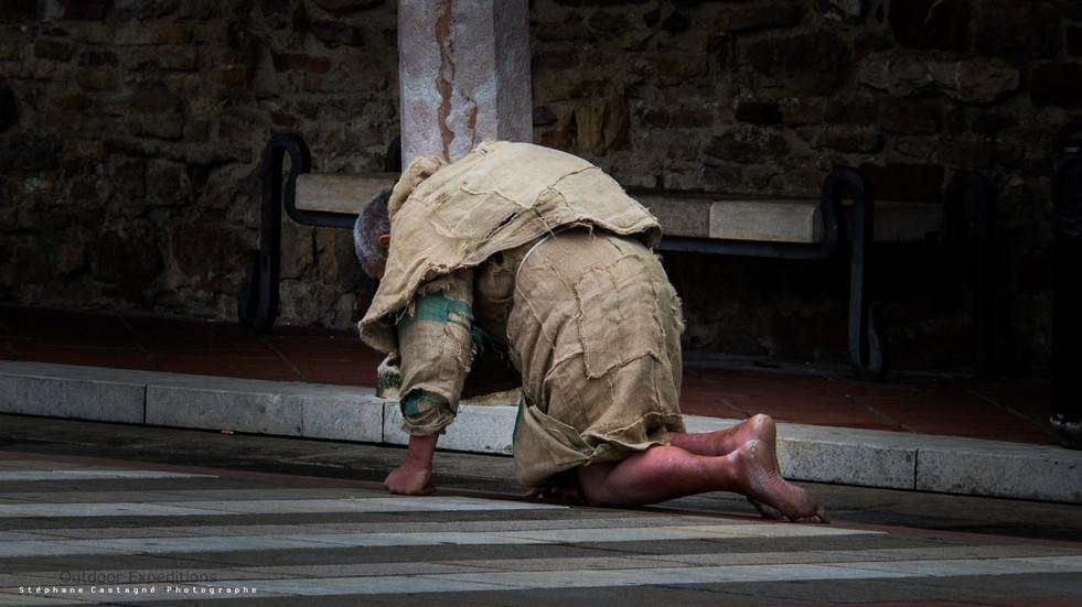 [LUC 9:23 | Le Chemin de Croix] Pèlerin. Cité d'Assise, Italie