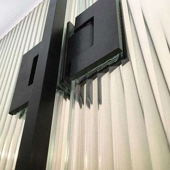 negro sobre vidrio acanalado