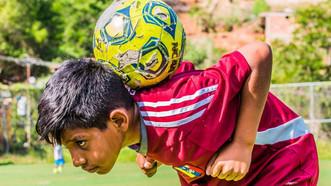El fútbol ayuda a niños venezolanos en uno de los barrios más peligrosos del mundo