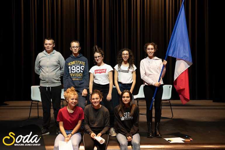 Les participants à la pièce de théâtre