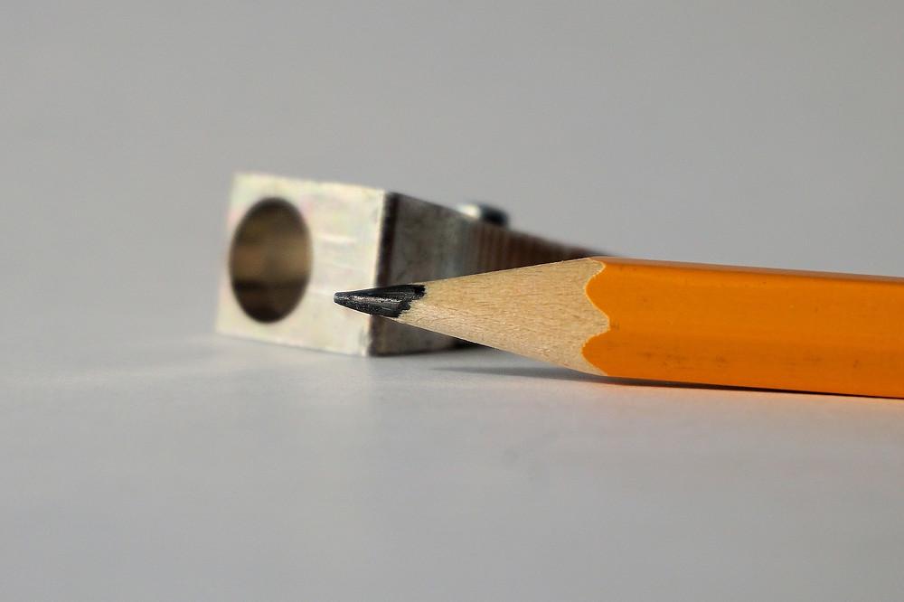 Bleistift und Spitzer gehören zusammen.